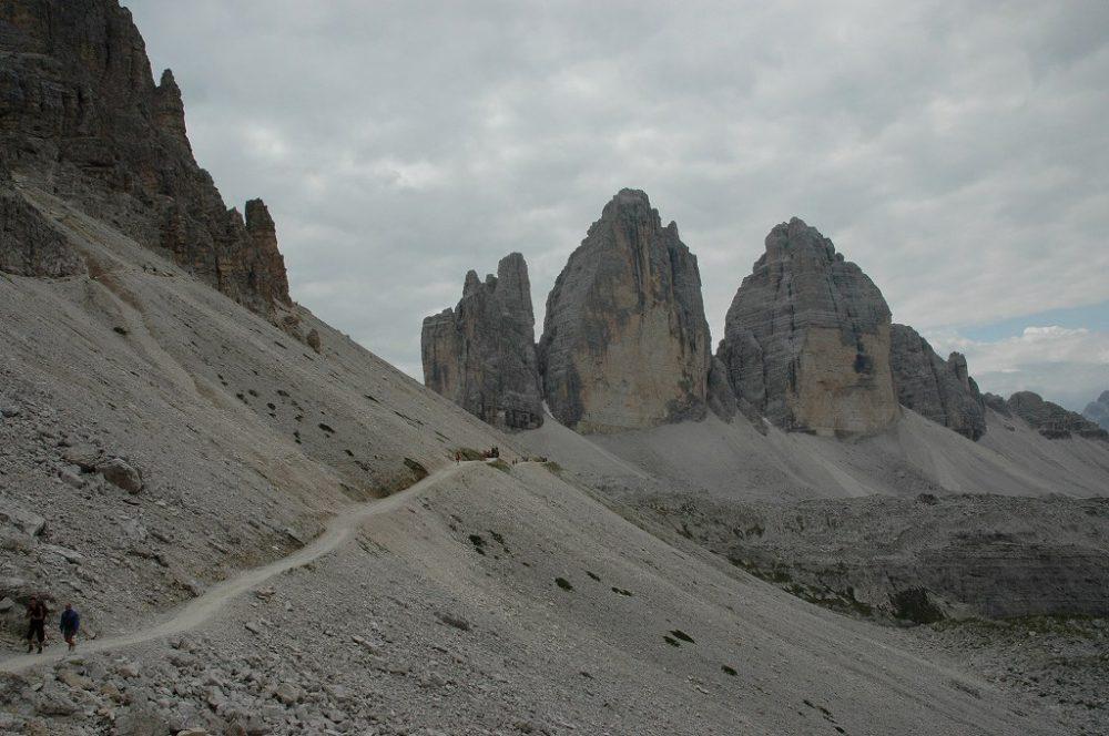 ドロミテの歩き方、トレ・チーメ・ディ・ラヴァレード。トレ・チーメ=三つの峰を途中で振り返ると