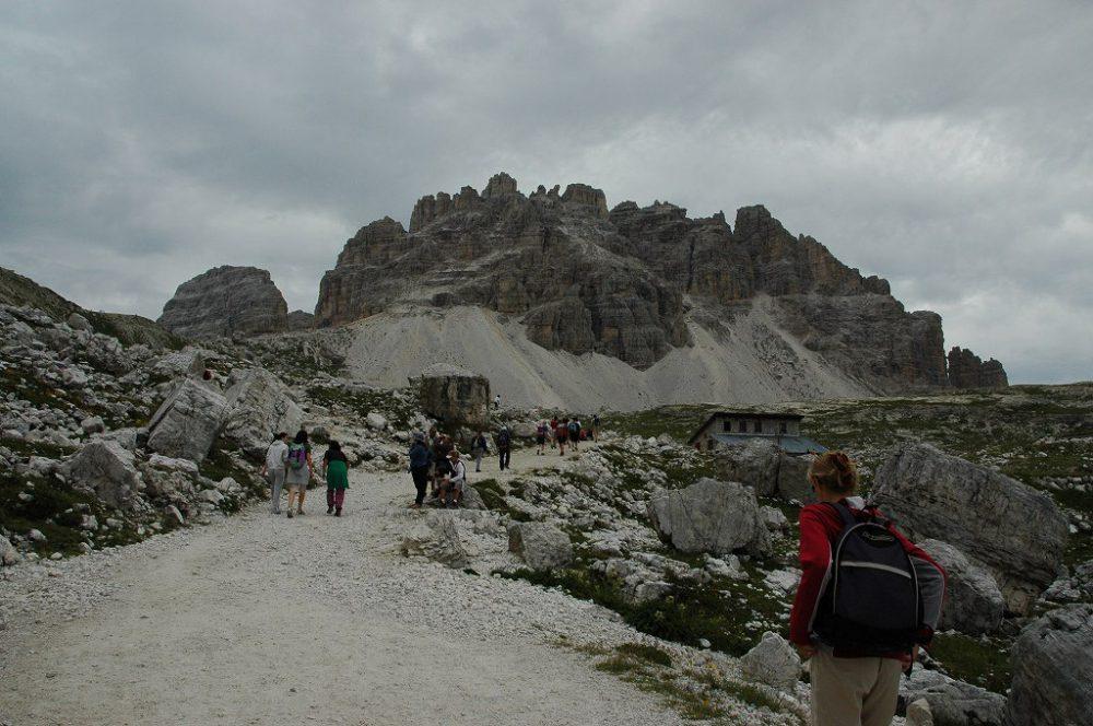 ドロミテの歩き方、トレ・チーメ・ディ・ラヴァレード。最初はアウロンツォ小屋から次の小屋まで平坦な道を30分ほど歩く