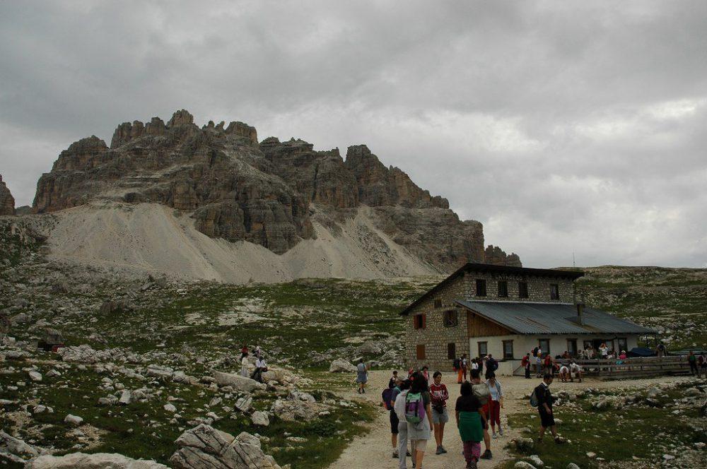 ドロミテの歩き方、トレ・チーメ・ディ・ラヴァレード。最初の休憩ポイントに到着。一休みしたらここから20分ほど登る