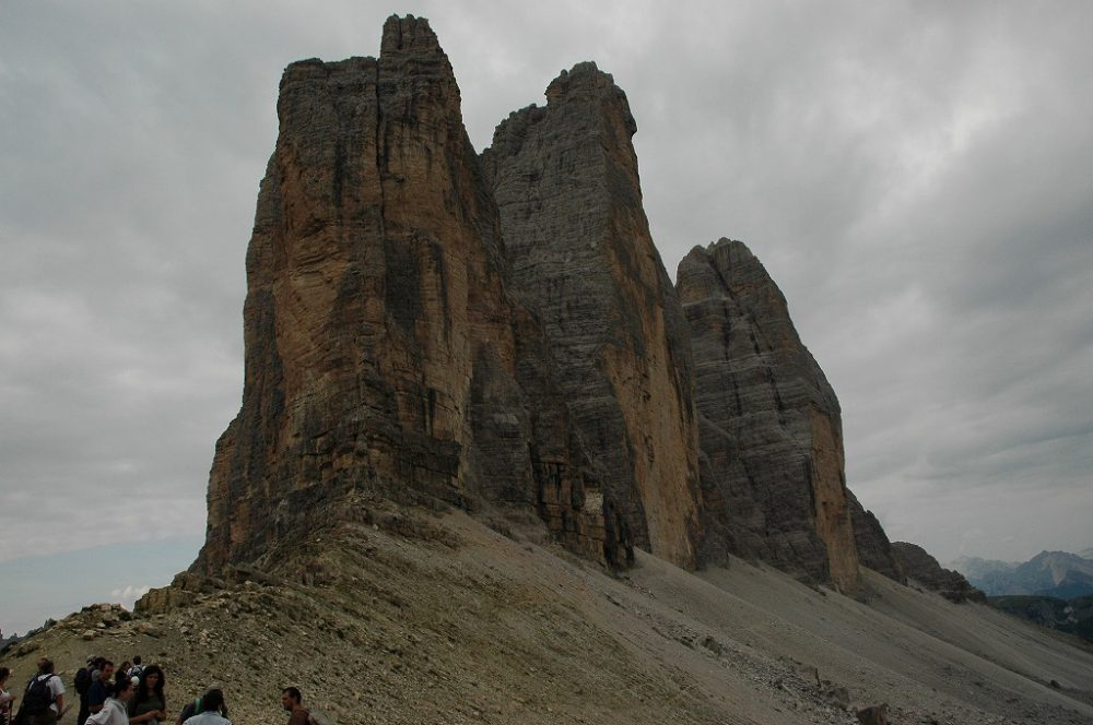 ドロミテの歩き方、トレ・チーメ・ディ・ラヴァレード。登り切るとトレ・チーメの端っこに到達します。だんだん、トレ・チーメ=三つの峰の全容が