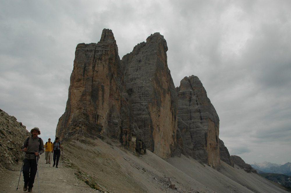 ドロミテの歩き方、トレ・チーメ・ディ・ラヴァレード。登り切ってもうすこし歩きましょう。トレ・チーメ=三つの峰の全容が見えるようになります。