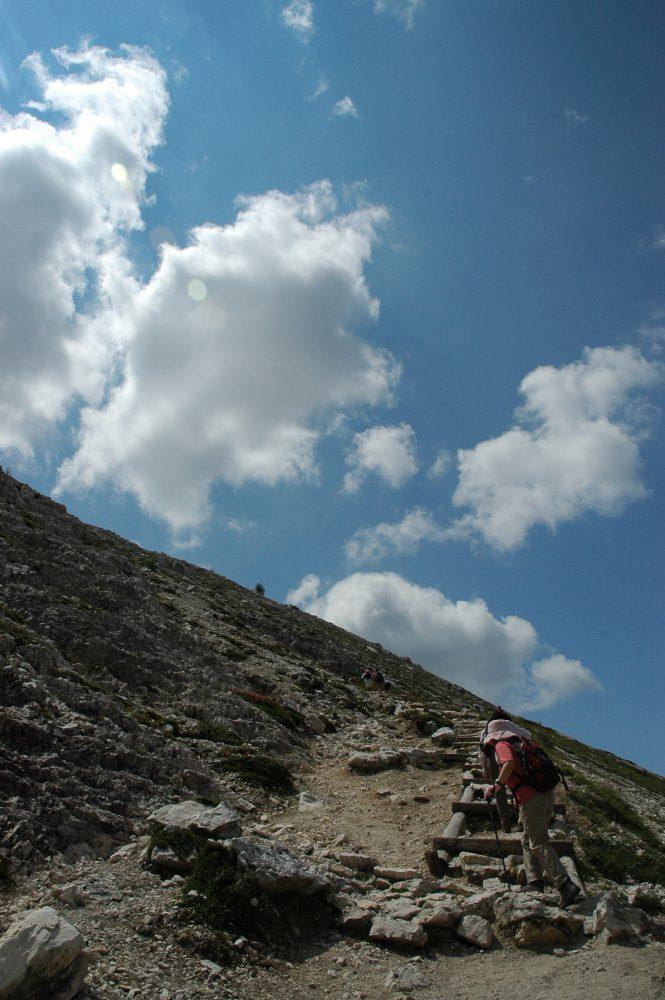 トレ・チーメ、放牧の谷を過ぎるとまた登ります。ドロミテトレッキング