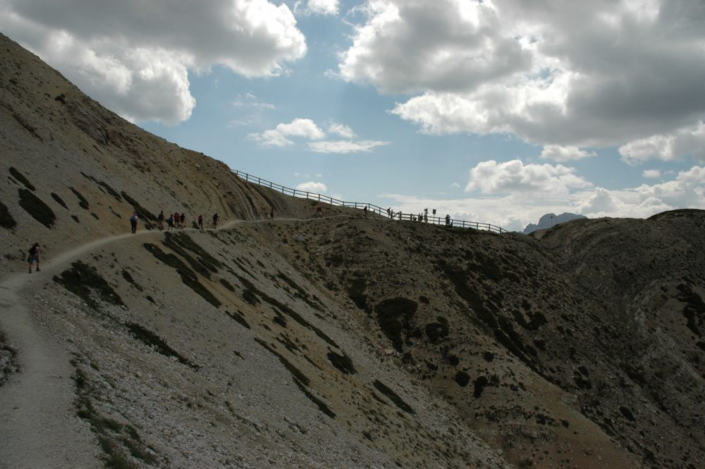 トレ・チーメトレッキング。終盤。もうすぐゴールという登りです。あのフェンスに着けばミズリーナ湖が見えるポイントです