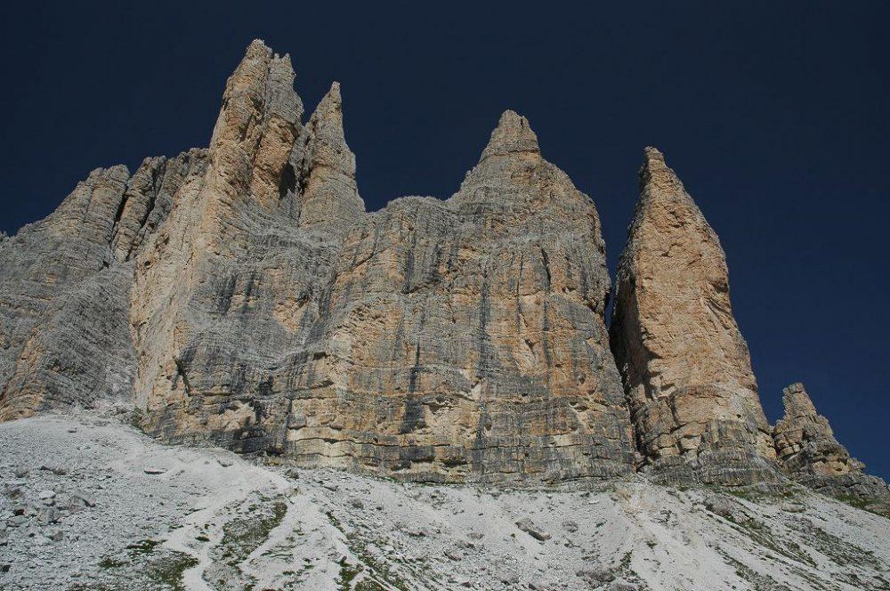 ドロミテの歩き方、トレ・チーメ・ディ・ラヴァレード。歩き始めて最初のうちはトレ・チーメもこんな感じで、三つの峰には見えません。