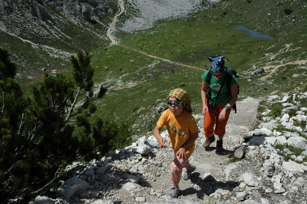 ドロミテの歩き方トレ・チーメ。リフージオロカテッリからの下りで子供とおかあさんが登ってくるのに出会いました。