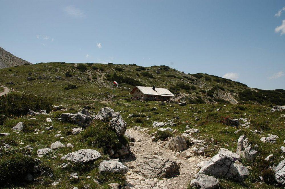 ドロミテの歩き方トレ・チーメ。リフージオロカテッリから次の小屋まで約1時間ほど歩きます。ここにはパニーニと飲み物くらいしかありません。