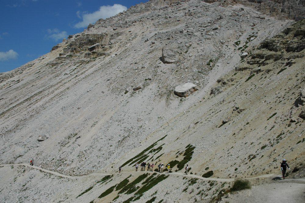 リフージオロカテッリの次の小屋からは、残り約30分~40分ほど歩きます。ここから最後の登りがあります。ゆっくり歩きましょう。