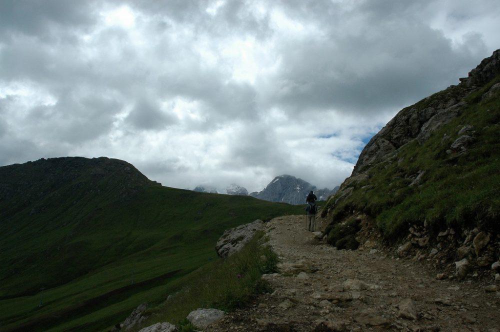 ドロミテトレッキング、ドロミテの歩き方、ヴィア・デル・パン。最初はゆるい登りが15分ほど