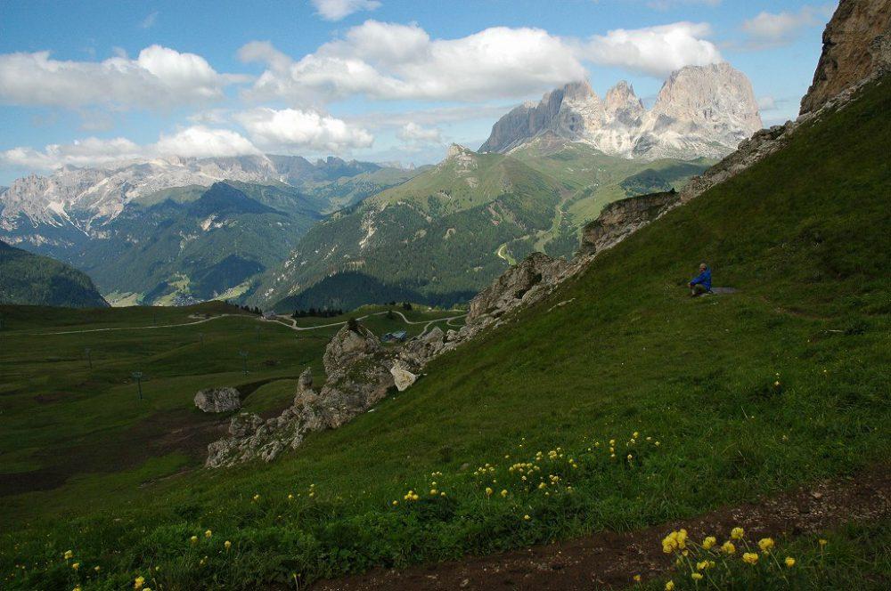 ドロミテの歩き方、ヴィア・デル・パン。向こうに見えるはサッソルンゴ(3,181m