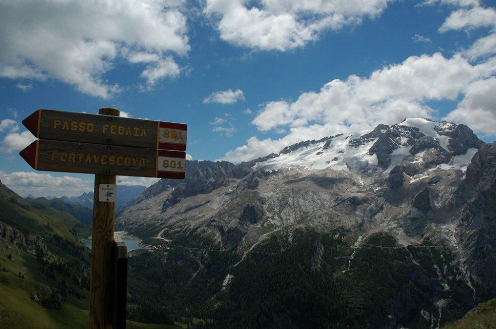 ドロミテトレッキング、ドロミテの歩き方、ヴィア・デル・パン。フェダイア峠の標識を追っていきます。右手にはドロミテ唯一の氷河マルモラーダ(3,342m)が見えてきます。