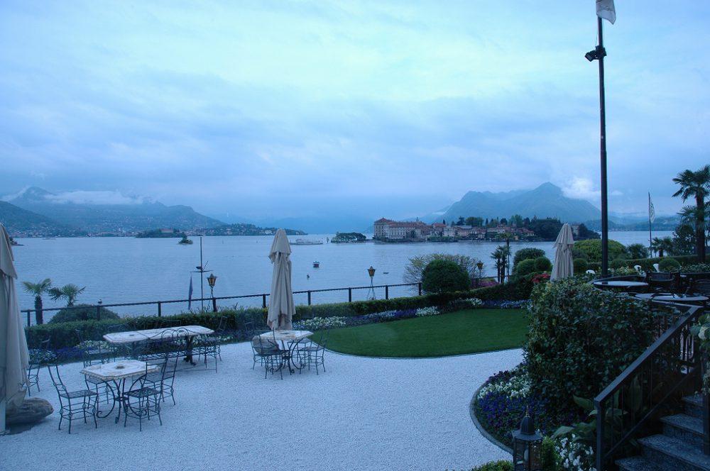 ストレーザ、マッジョーレ湖、ピエモンテ州、イタリア。ホテル前庭からみるマッジョーレ湖