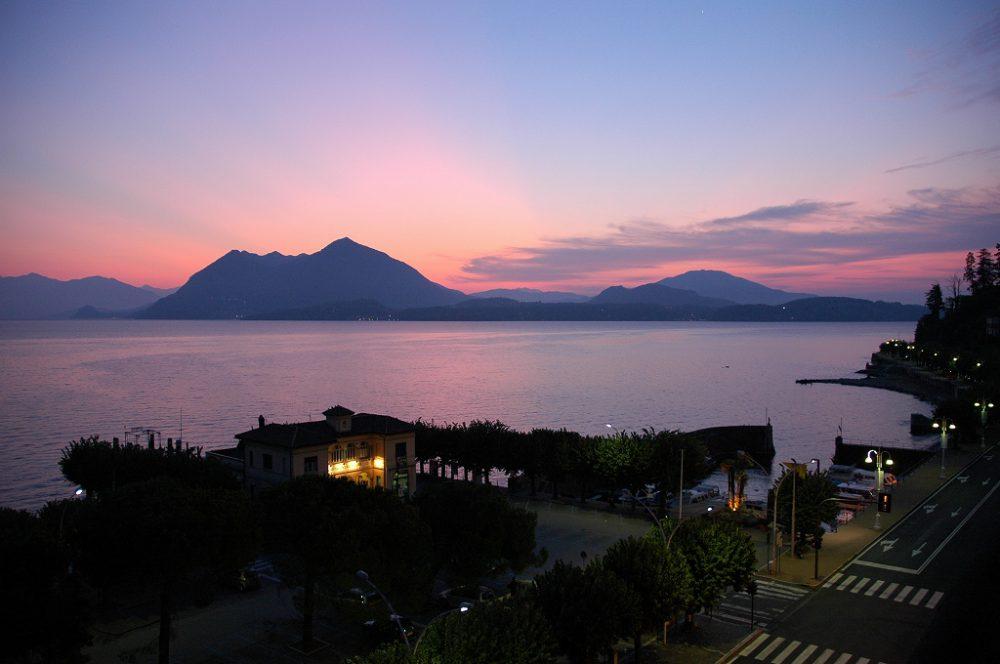 ストレーザ、マッジョーレ湖、ピエモンテ州、イタリア。マッジョーレ湖の朝焼け、人気高級リゾート