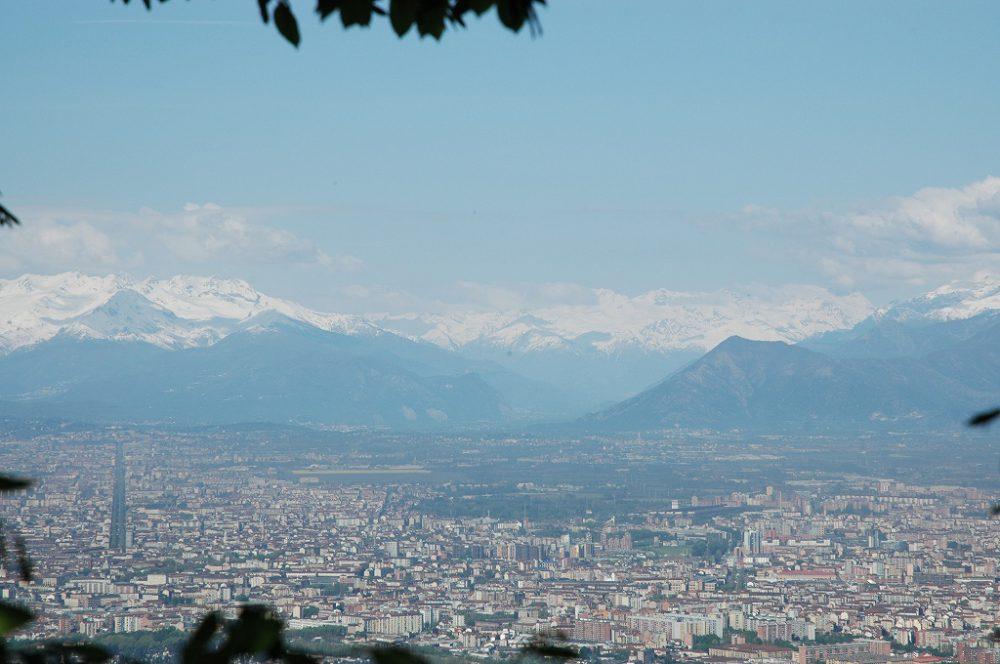 世界遺産トリノ全景。ピエモンテ州州都のトリノはFIAT、Lanciaの街です。ピエモンテの語源=piedi monti=山々の足元・裾野からきているように、アルプス山々に囲まれた豊かな土地です。