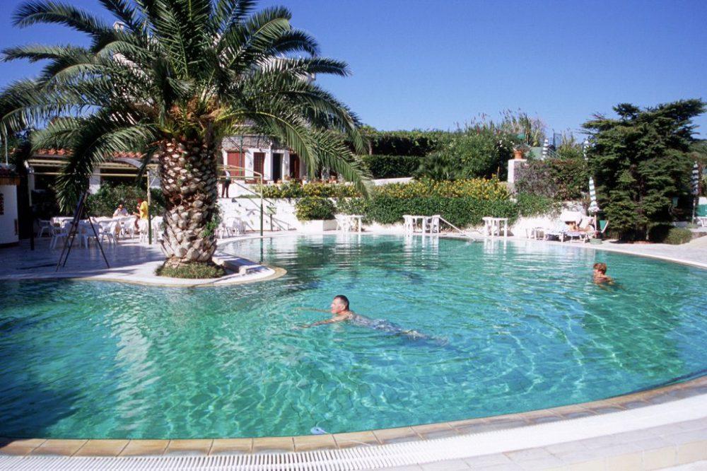 イスキア島テルメ施設。こちらは屋外温水浴場というか温水プールです。