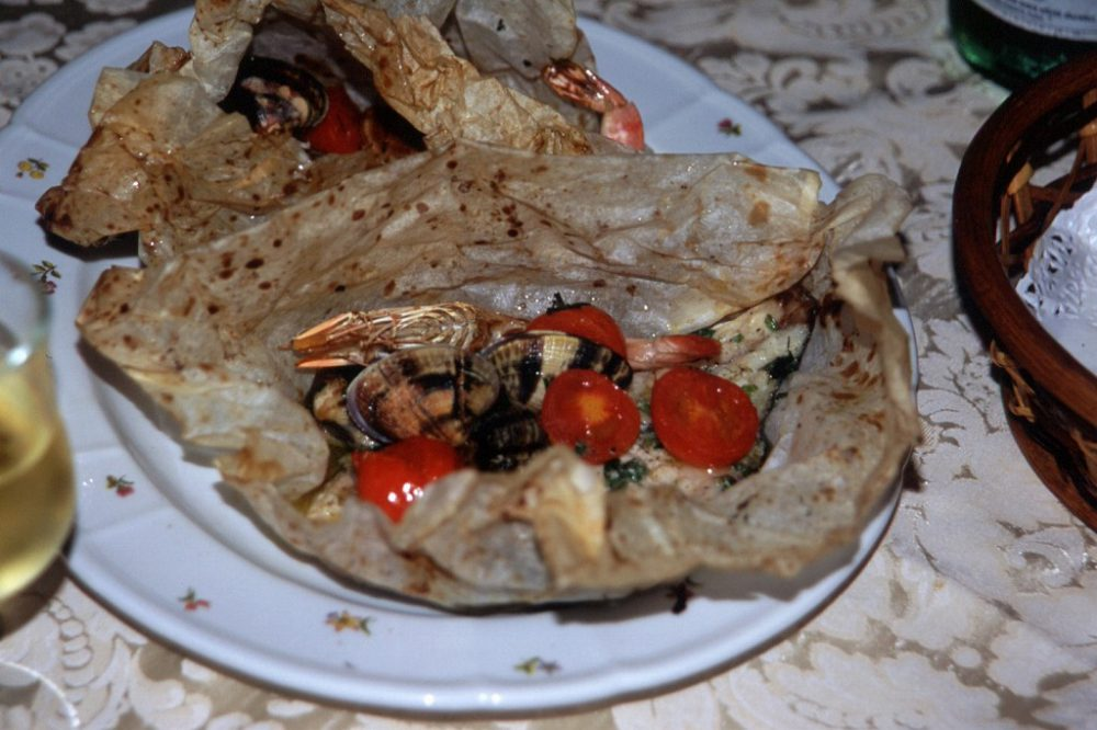 えび、あさり、白身魚、ミニトマトの紙包み焼き
