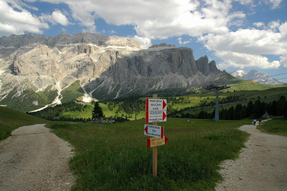 エミリオ・コミチのあと、右へ行けばパッソ・セッラ(2240m)。左へ行くとプラングラルバの分かれ道。