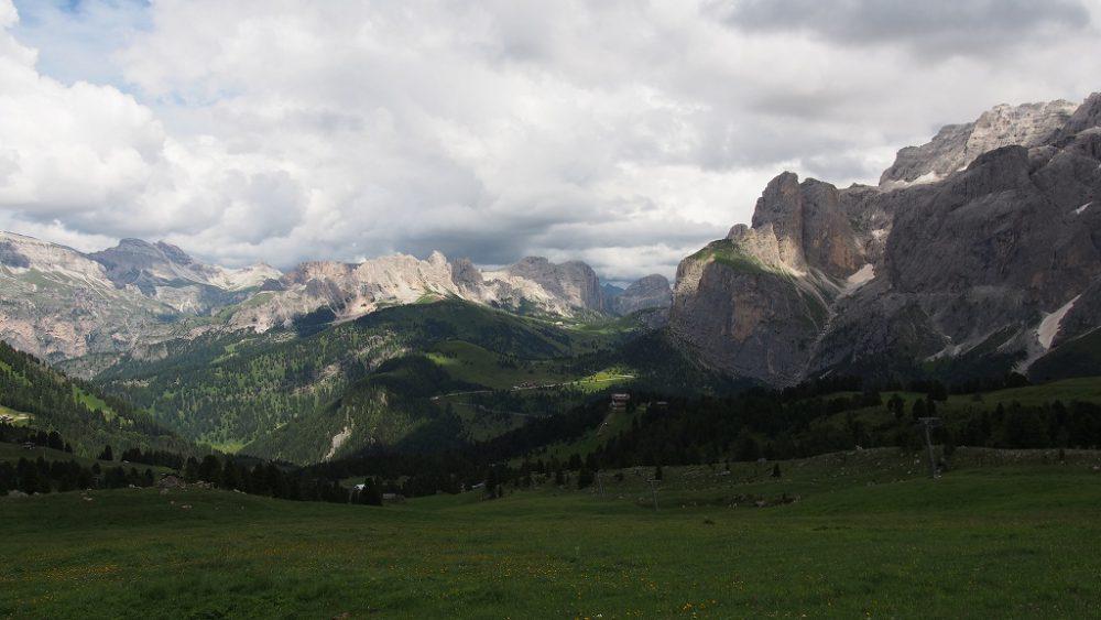 ドロミテ。ジーロ・デル・サッソルンゴ。エミリオ・コミチから見るセッラ山群の眺め