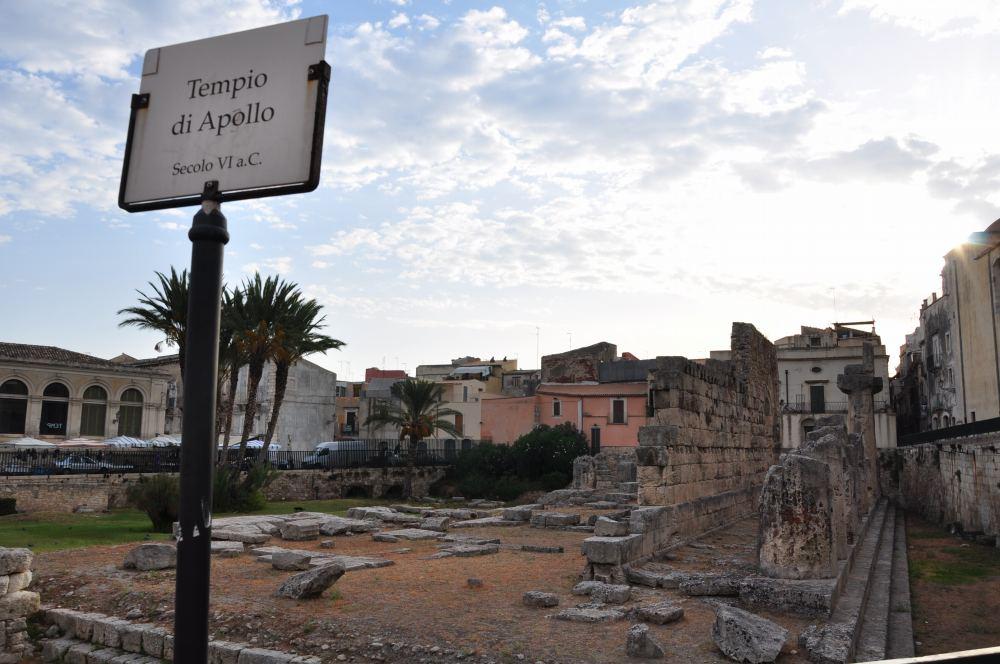 アポロ神殿=Tempio di Apollone:シチリア、シラクーサ、オルティージア島。ピアッツァ・エマニュエーレ・パンカーリ広場にあるアポロ神殿。
