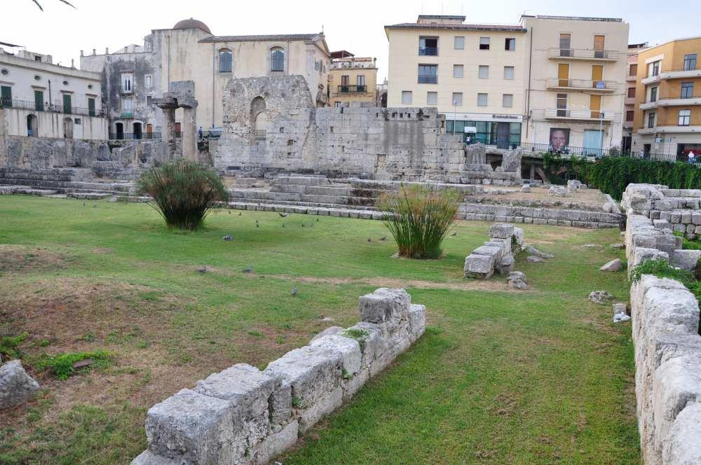 アポロ神殿=Tempio di Apollone:シチリア、シラクーサ、オルティージア島。ピアッツァ・エマニュエーレ・パンカーリ広場にあるアポロ神殿遺跡。シチリア島最古のドーリア式神殿と言われる。