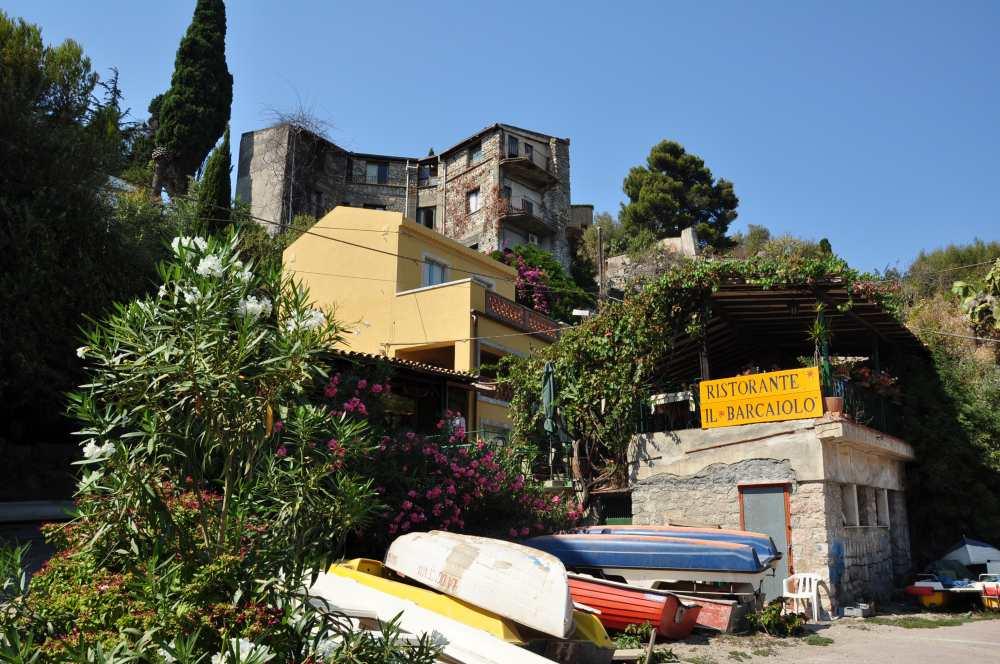 タオルミーナ、マッツアーロ海水浴場のいちばん奥にはこんな小屋が