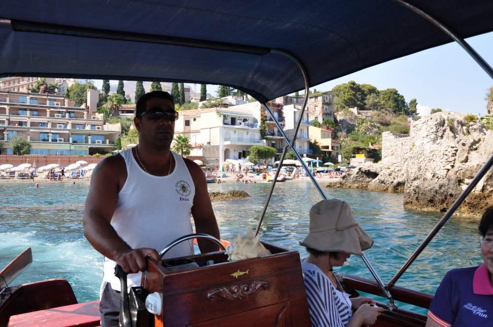 遊覧ボートに乗ってタオルミーナ、グランブルーの海、青の洞窟巡り