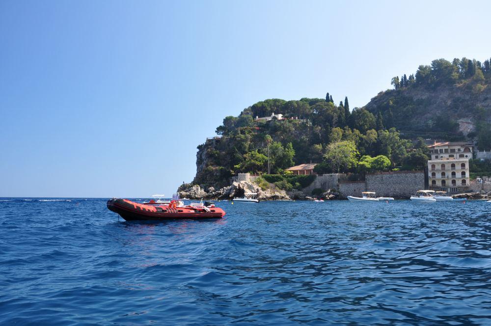 遊覧ボートに乗ってタオルミーナ、グランブルーの海、青の洞窟巡りへ出発