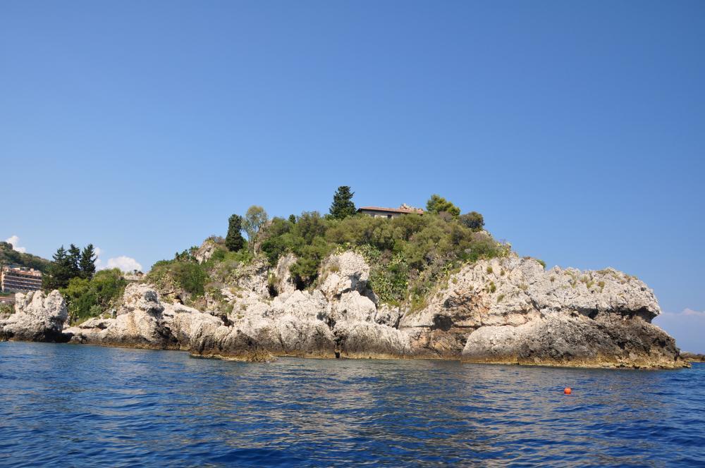 タオルミーナ、グランブルーの海、イソラベッラを見ながら更に進む