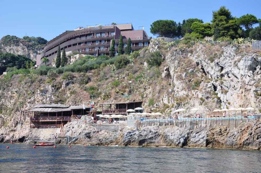 映画グランブルーの舞台になったアタホテルカポタオルミーナに近づく。