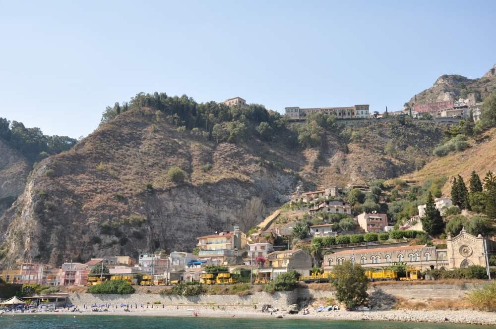 タオルミーナ鉄道駅ジャルディーニ。サンドメニコパレスホテルが崖の上に見えた。