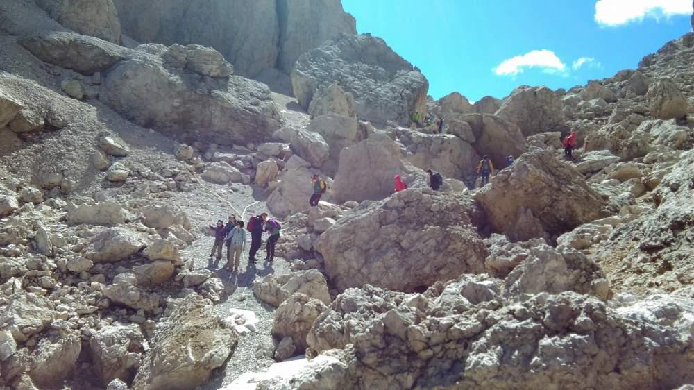 ジーロ・デル・サッソルンゴ。最初はドロミテ奇岩のなかを一歩一歩歩きます。