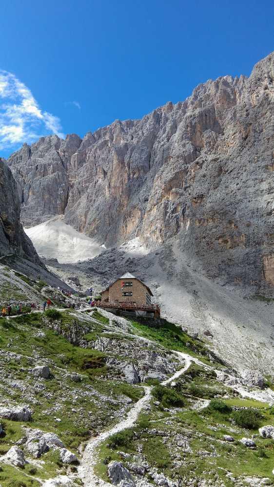 ジーロ・デル・サッソルンゴ、歩き始めて50分間ほどでリフージオ・ヴィチェンツァ(2253m)でひとやすみ。