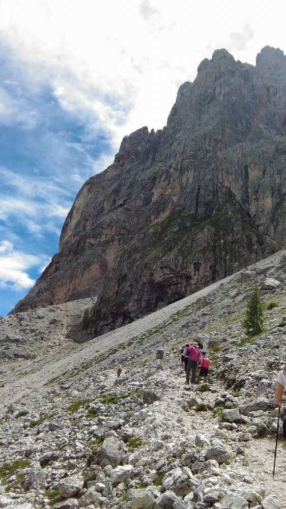 ジーロ・デル・サッソルンゴ。軽い登り下りで1時間ほどcomici目指します。