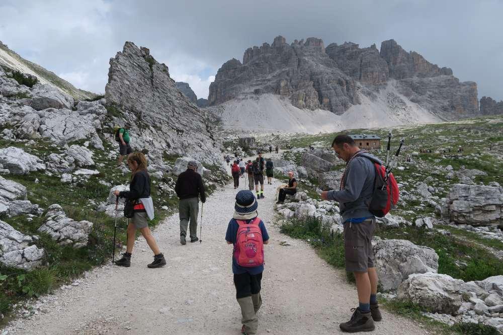 トレ・チーメ・ディ・ラヴァレード。最初はアウロンツォ小屋から次のラヴァレード小屋まで平坦な道を30分ほど歩きます。