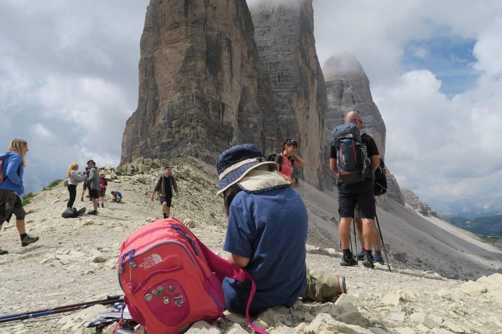 トレ・チーメ・ディ・ラヴァレードがよく見えるポイント到達。さっそくトレ・チーメ=三つの峰の絶景ポイントで記念撮影。
