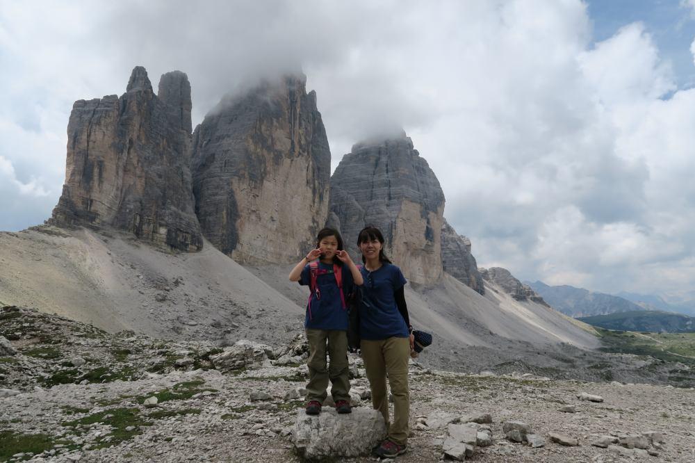 トレ・チーメ=三つの峰の絶景ポイントで記念撮影。
