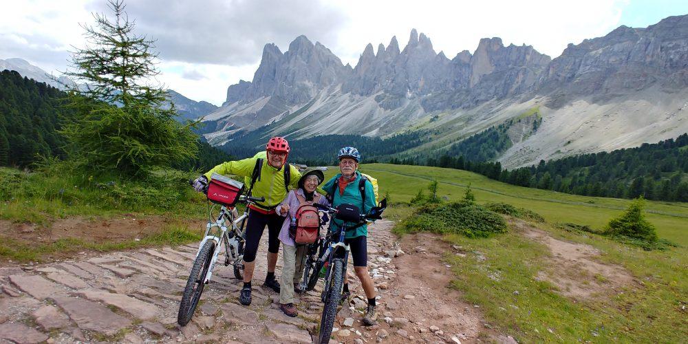 ドロミテ探索隊、オルティゼイからサンタマッダレーナトレッキング、途中でマウンテンバイクの二人組と出会った