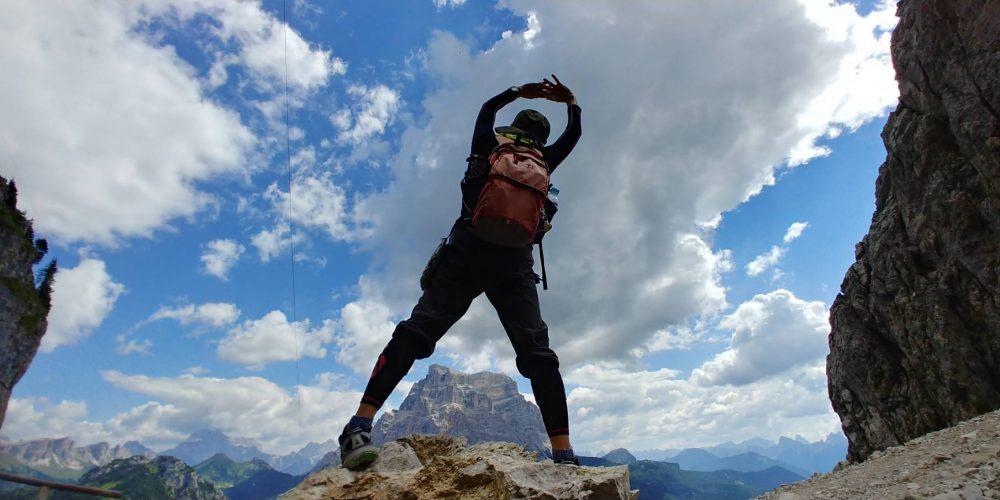 ドロミテ探索隊、名峰ペルモ(3,168m)山を股にかけてしまいました。すみません、でもいい写真でしょ(((^-^)))