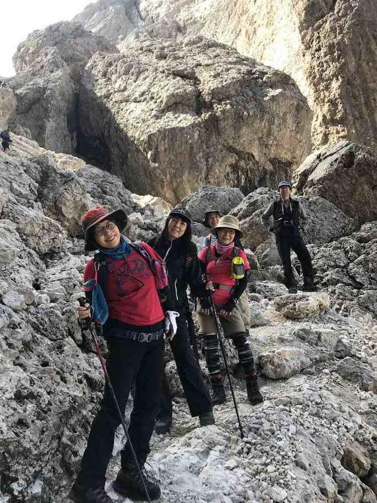 ドロミテ探索隊チヴェッタの山上湖ラーゴ・コルダイから急勾配を降りた。