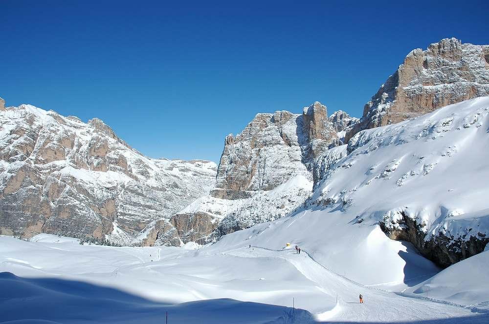ドロミーティ、ラガッツオーイからアルメンタローラへ大滑走。ドロミテ山塊の懐深くどこまでも滑る