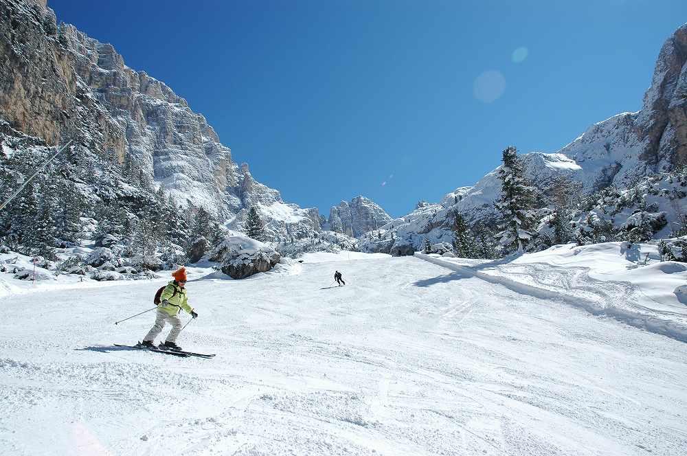 ドロミテラガッツオーイからアルメンタローラへ滑走する日本人女性スキーヤー