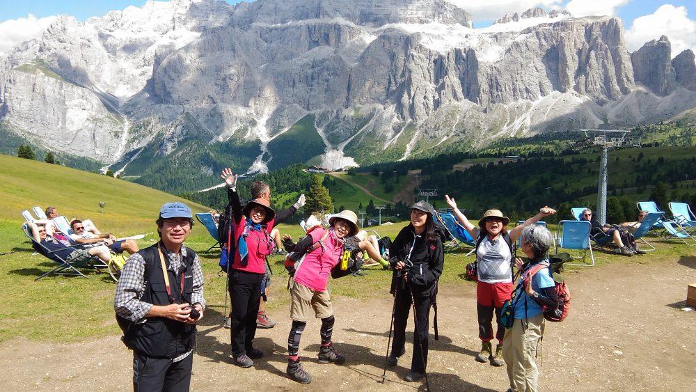 ドロミテトレッキング、ジーロ・デル・サッソルンゴ、リフージオ・コミチ(2153m) からセッラ山群(3152m)を望む