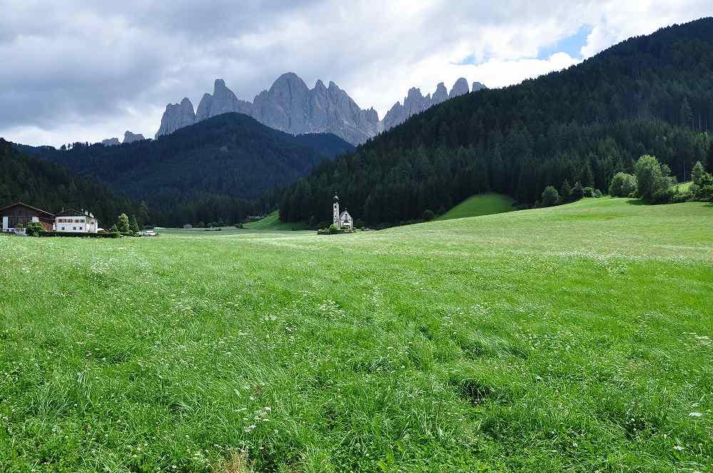 ドロミテ世界遺産。サン・ジョヴァンニ教会:フネスの谷ガイスラー針峰群を背景に小さな教会が