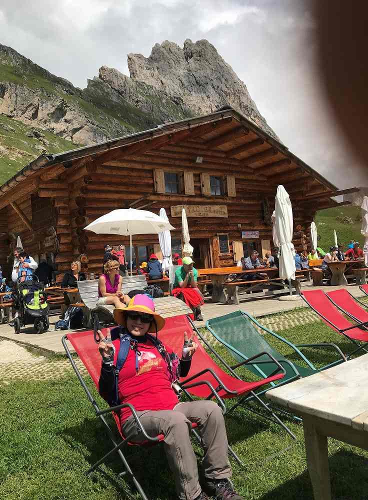 ドロミテオルティゼイ。セチェーダからトレッキング、途中山の上の山小屋なのに、リゾートの椅子?