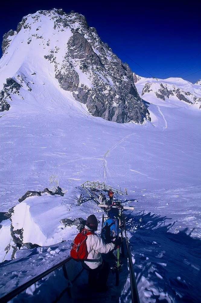 クールマイユール、プンタ・エルブロンネルからいざヴァッレ・ブランシュ氷河をシャモニーへ。ヴァッレダオスタ、イタリア