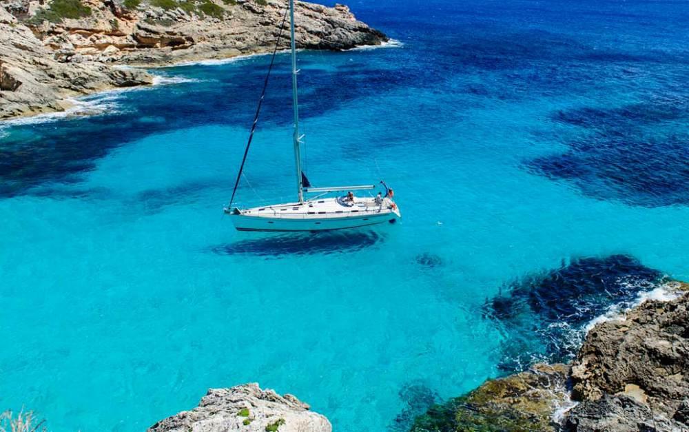 ファヴィニャーナ島、シチリア、船が空に浮いて見えるシチリアの透明な海に
